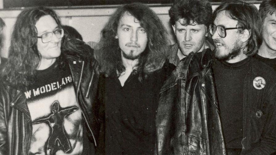 Константин Рябинов (крайний слева) и Егор Летов (справа)