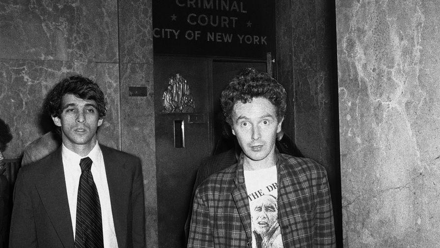 Малкольм Макларен покидает здание суда после обвинения музыканта Sex Pistols Сида Вишеса в убийстве его подруги Нэнси Спанджен, 1978 год. Макларен уговорил Virgin Records выделить залоговую сумму (в 50 тысяч долларов), пообещав от Сида новый альбом