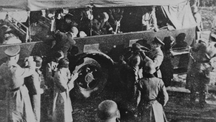 Немецкие полицейские надевают повязки на глаза полькам, доставленным на автобусе на расстрел в окрестностях села Пальмиры под Варшавой, 1940 г.