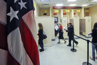 Во время регистрации в консульском отделе посольства США