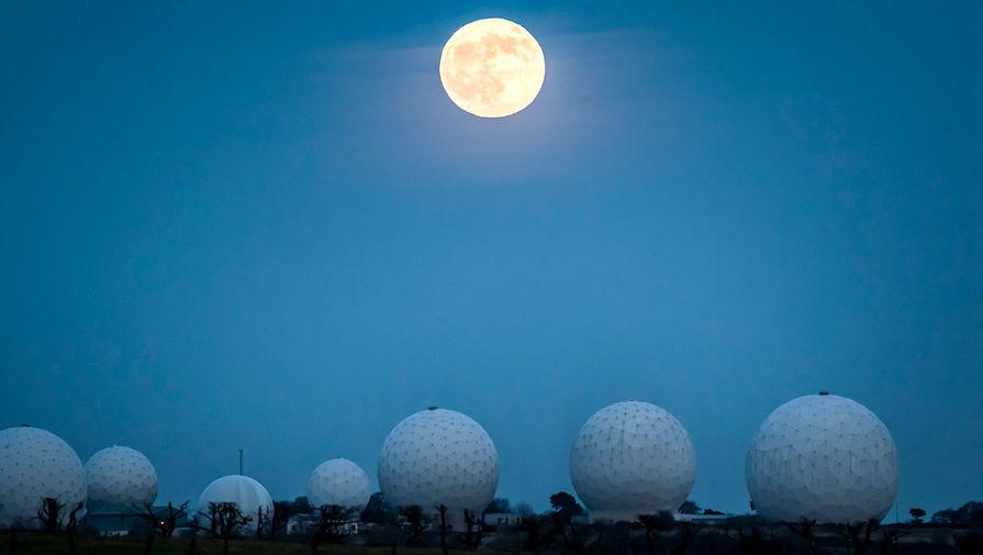 Лунное затмение в небе над Северным Йоркширом, Великобритания, 10 января 2020 года