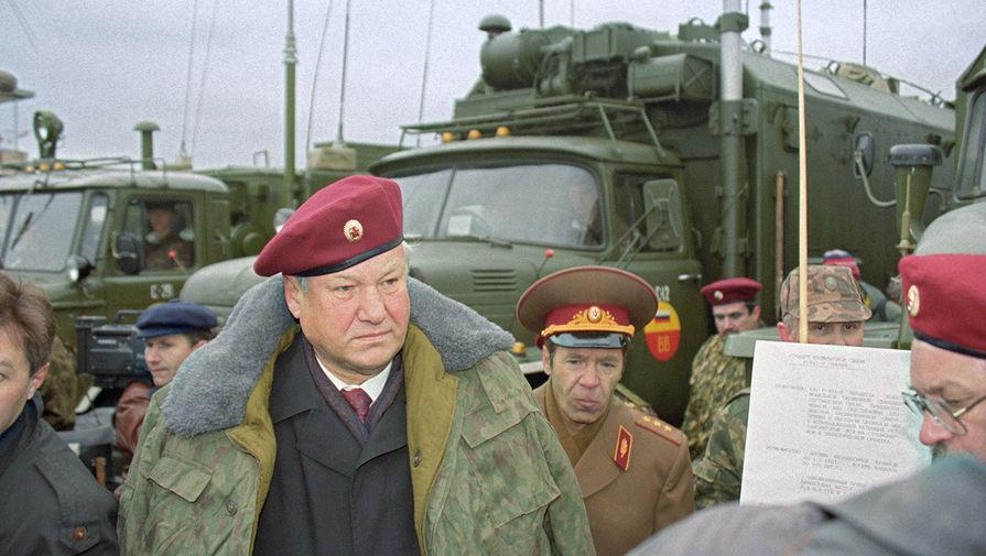 Президент России Борис Ельцин во время посещения дивизии внутренних войск имени Дзержинского в Московской области, 1993 год