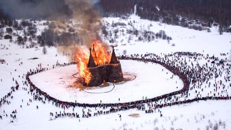 Сожжение арт-объекта «Башня вакцинация» художника Николая Полисского на праздновании Масленицы в арт-парке «Никола-Ленивец», Калужская область, 13 марта 2021 года