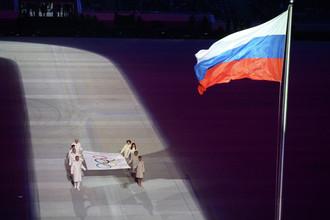 Вынос Олимпийского флага на церемонии открытия XXII зимних Олимпийских игр в Сочи.