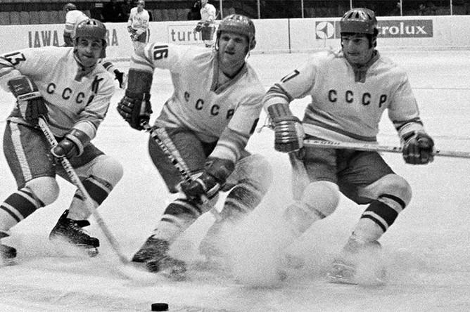 Нападающие Борис Михайлов, Владимир Петров и Валерий Харламов (слева направо) на чемпионате мира и Европы по хоккею, 1973 год