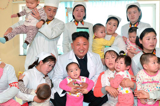Ким Чен Ын во время посещения больницы Taesongsan, май 2014 года