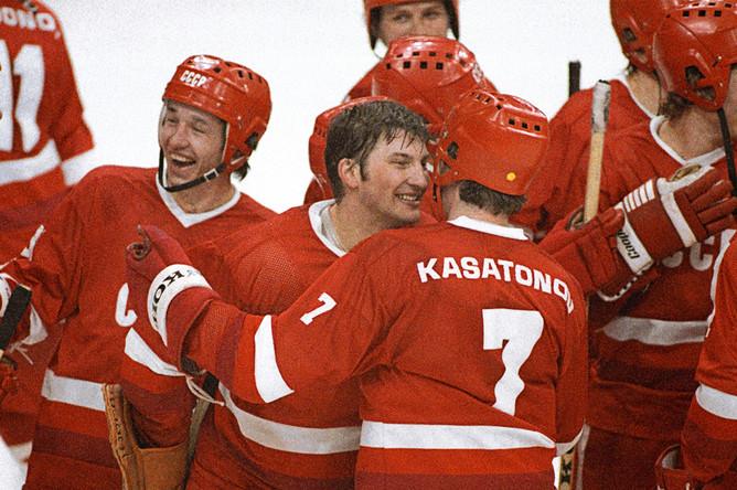 Члены сборной СССР по хоккею — Владислав Третьяк и Алексей Касатонов, 1984 год