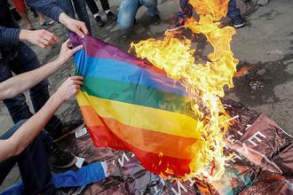 Противники «Марша равенства» сжигают ЛГБТ-флаг во время церемонии открытия «КиевПрайд-2017» в Киеве