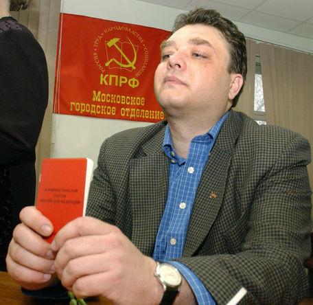 Андрей Брежнев, внук Леонида Ильича Брежнева, во время получения партбилета КПРФ в Москве, 2004 год