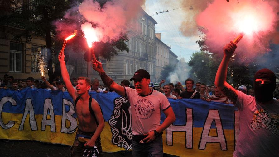 Участники марша единства болельщиков перед матчем «Динамо» — «Шахтер» во Львове.