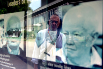 Портреты Кхиеу Сампхана и Нуона Чеа в музее геноцида в Пномпене