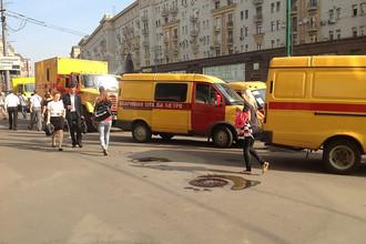 Автомобили аварийной службы метро на Тверской улице в центре Москвы