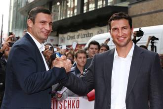 После боя с Владимиром Кличко (справа) Александр Поветкин может сразиться с его братом Виталием (слева)