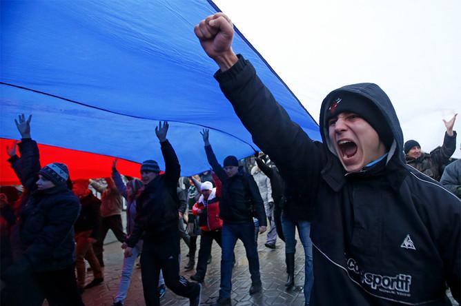 Участники митинга у здания Верховного Совета Крыма развернули огромный флаг России