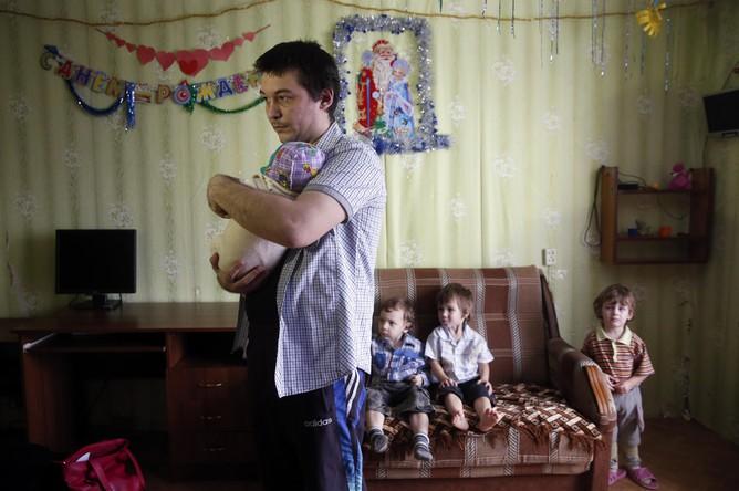 Муж Светланы Давыдовой Анатолий Горлов и их дети в их квартире в Вязьме