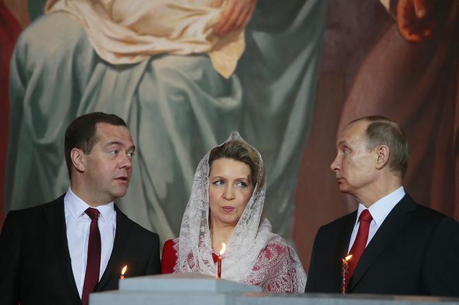 Премьер-министр РФ Дмитрий Медведев с супругой Светланой и президент РФ Владимир Путин на праздничном пасхальном богослужении в храме Христа Спасителя