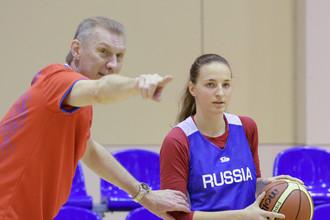 Легендарный Анатолий Мышкин во время подготовки к Евробаскету дает установки Ольге Новиковой