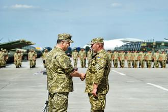 Президент Украины Петр Порошенко во время церемонии передачи оружия и военной техники ВСУ на авиабазе в Чугуеве
