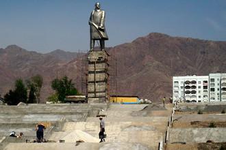 Памятник Ленину в городе Худжанд, Таджикистан, 2007 год