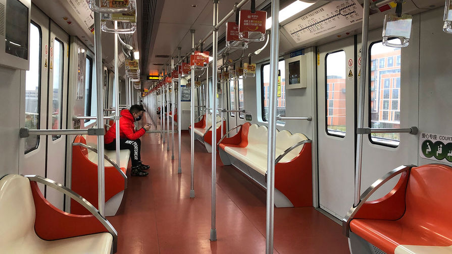 Безлюдный поезд метро в Шанхае, Китай, 25 января 2020 года