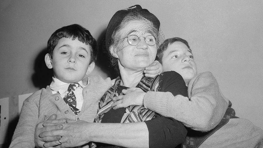 Роберт и Майкл Миропол, сыновья Розенбергов, с бабушкой