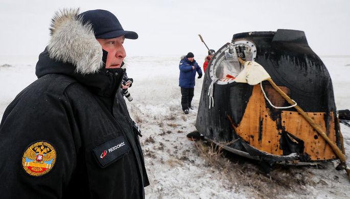Глава «Роскосмоса» Дмитрий Рогозин около спускаемой капсулы корабля «Союз МС-09», где было обнаружено просверленное отверстие, после посадки капсулы в Казахстане, 20 декабря 2018 года