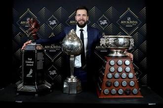 Российский нападающий Никита Кучерова с тремя главными индивидуальными наградами НХЛ