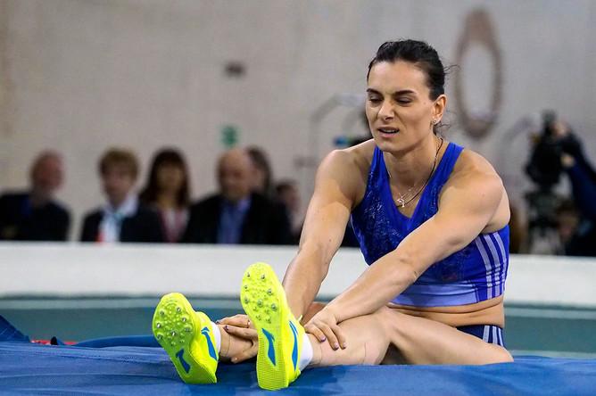 Двукратная олимпийская чемпионка по прыжкам с шестом Елена Исинбаева во время разминки перед первыми соревнованиями после возобновления карьеры на Кубке губернатора Волгоградской области