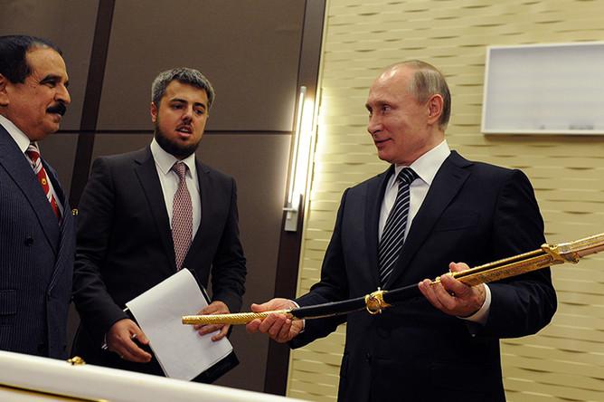 Король Бахрейна Хамад II бен Иса аль-Халиф и президент России Владимир Путин во время передачи меча из дамасской стали президенту России в резиденции «Бочаров Ручей»