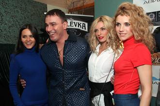 Кирилл Андреев и участницы группы «Фабрика» Ирина Тонева, Александра Савельева (справа налево), Катя Ли (слева)