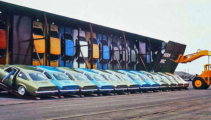 Погрузка автомобилей Chevrolet Vega в вагоны Vert-A-Pac, 1970-е годы