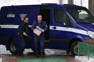 Сотрудники Спецсвязи с экзаменационными материалами перед пробным ЕГЭ, 2015 год