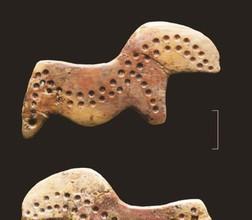 Сделанная из слоновой кости подвеска в виде схематичной фигурки лошади или сайги. Фигурка украшена орнаментом из точек и красной охрой, поверхность заполирована. Орнамент из точек на левой стороне фигурки сделан менее аккуратно, чем на правой.