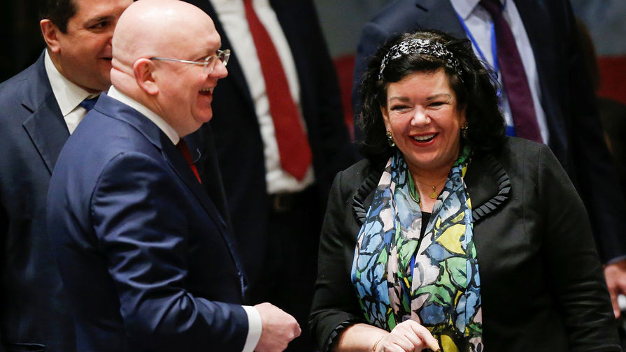 Постпред России при ООН Василий Небензя и постпред Великобритании Карен Пирс во время встречи по Сирии в штаб-квартире организации в Нью-Йорке, апрель 2018 года