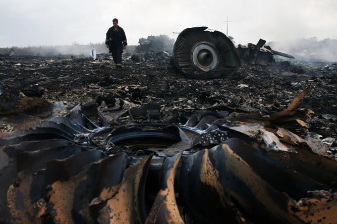 На месте крушения самолета Boeing 777 Малайзийских авиалиний в районе города Шахтерск Донецкой области, 17 июля 2014 года