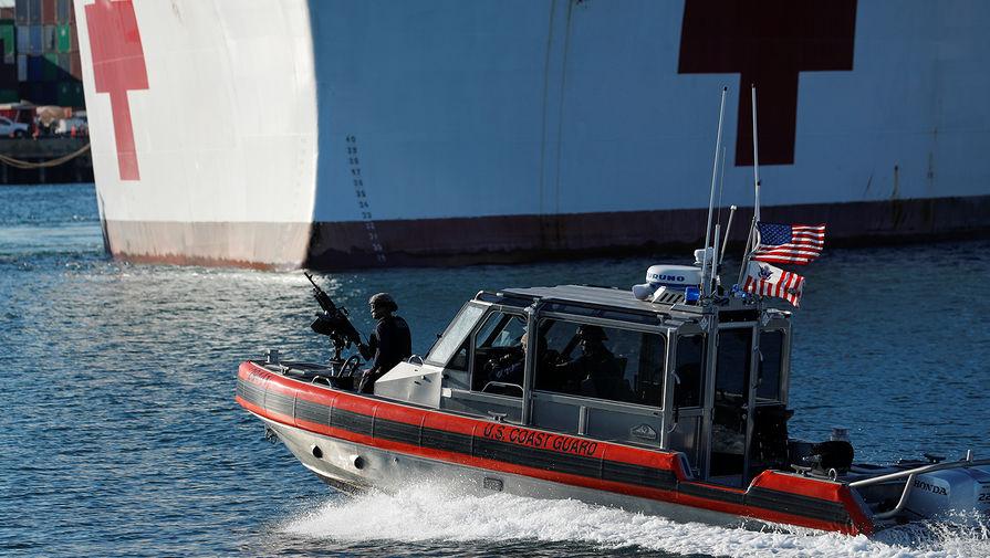 Патрули береговой охраны США рядом с кораблем-госпиталям в порту Лос-Анджелеса, 27 марта 2020 года