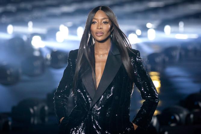Наоми Кэмпбелл принимает участие в показе коллекции Saint Laurent весна-лето 2020 в Париже, 2019 год
