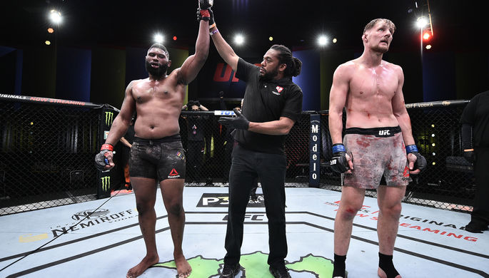 Отец и тренер бойца Хабиба Нурмагомедова Абдулманап Нурмагомедов во время поединка Нурмагомедова с Дастином Порье за звание чемпиона UFC в легком весе на турнире UFC 242 по смешанным единоборствам в Абу-Даби, 2019 год