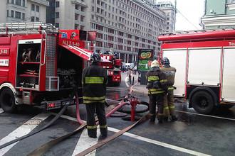 Сотрудники пожарной службы МЧС на Моховой улице в центре Москвы