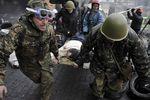 Участники столкновений уносят раненого сплощади Независимости вКиеве
