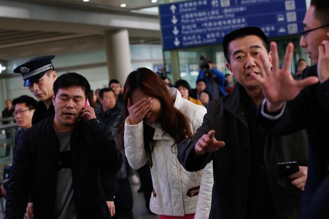 Родственники пассажиров, находившихся на борту рейса MH370 компании Malaysian Airlines, в аэропорту Пекина