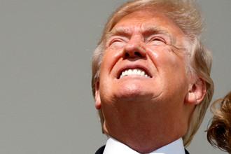 Президент США Дональд Трамп во время солнечного затмения на крыльце Белого дома, 21 августа 2017 года