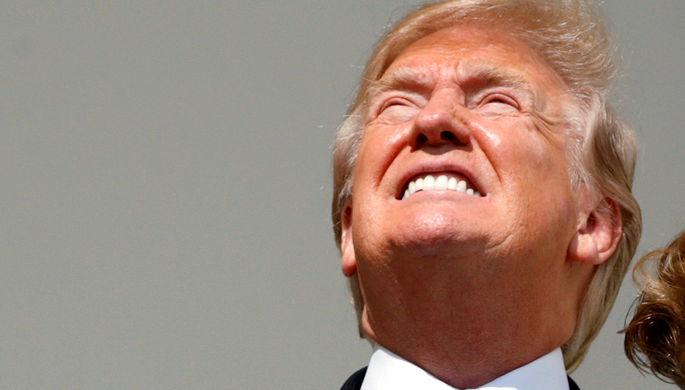 Президент США Дональд Трамп во время солнечного затмения на крыльце Белого дома, 21 августа 2017...