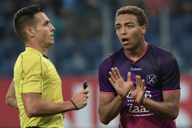 Игрок «Утрехта» Сирил Дессерс (справа) во втором матче раунда плей-офф Лиги Европы