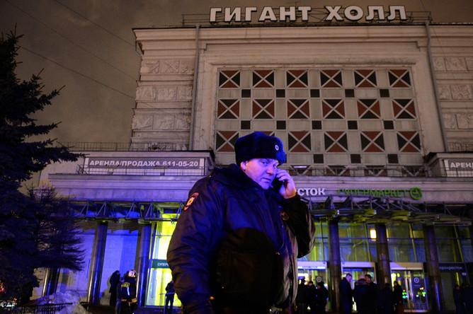 Полицейский около входа в супермаркет в Санкт-Петербурге после взрыва, 27 декабря 2017 года