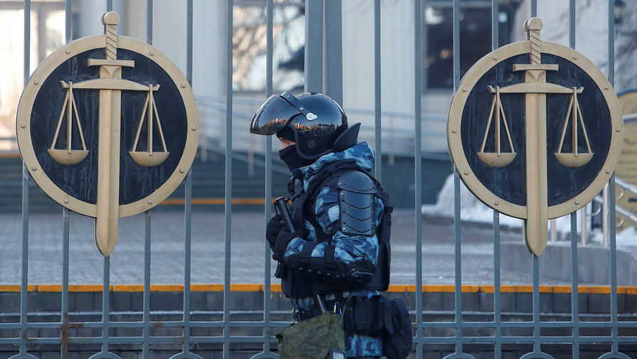 Сотрудник полиции около здания Мосгорсуда перед началом заседания по делу Алексея Навального, 2 февраля 2021 года