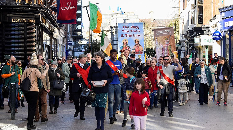 Во время праздничного шествия в День Святого Патрика в Дублине, 17 марта 2021 года