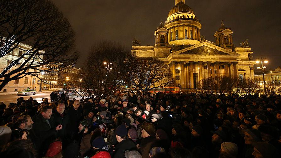Участники акции протеста против передачи Исаакиевского собора в безвозмездное пользование РПЦ, 13...