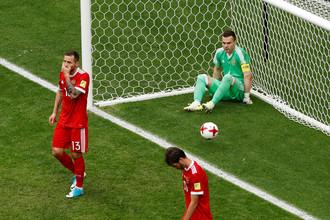Вратарь сборной России Игорь Акинфеев непонимающе смотрит на партнеров после первого пропущенного гола в матче со сборной Мексики на Кубке конфедераций — 2017