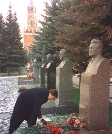 Андрей Брежнев, внук Леонида Ильича Брежнева, во время возложения цветов к могиле деда у Кремлевской стены, 1998 год